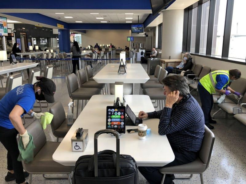 搭乗ゲートでは清掃職員が机や椅子を拭き続けていた(9日、米ニュージャージー州のニューアーク国際空港)