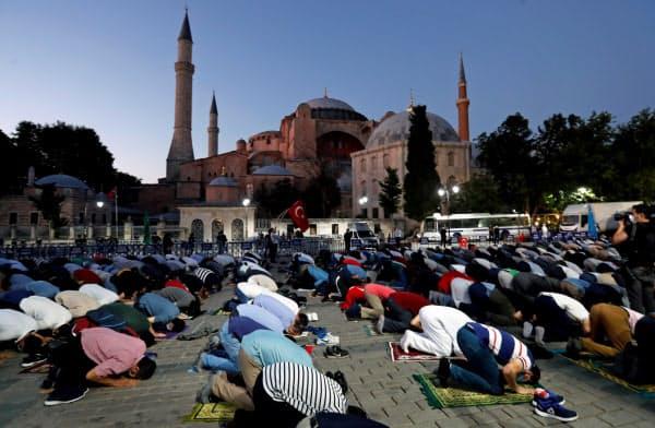 10日夜、アヤソフィアの前に集まって祈りを捧げるイスラム教徒ら(イスタンブール)=ロイター
