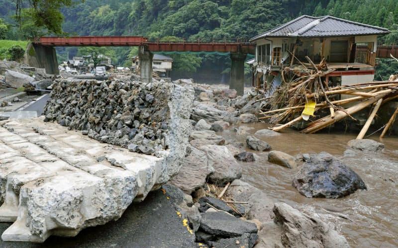 大分県日田市天瀬町の玖珠川上流で豪雨被害を受けた集落(11日)=共同