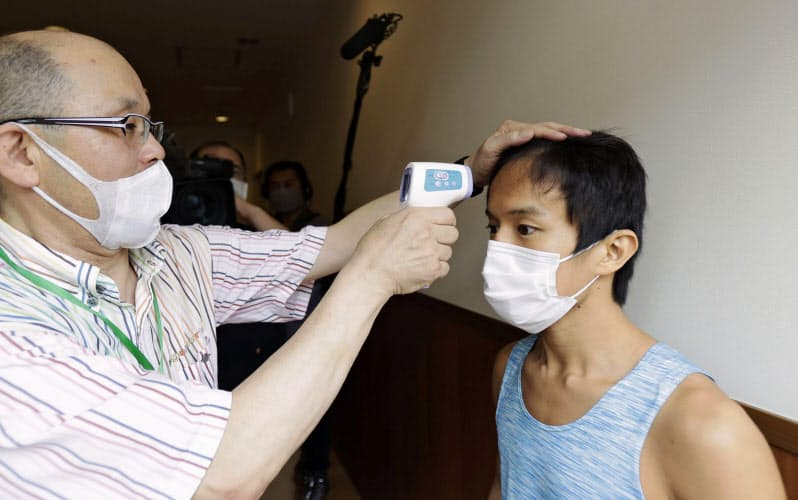 プロボクシング興行再開となる中日本新人王の予選の前日計量で、検温を受けるミニマム級の松本幸士(11日、愛知県刈谷市)=共同