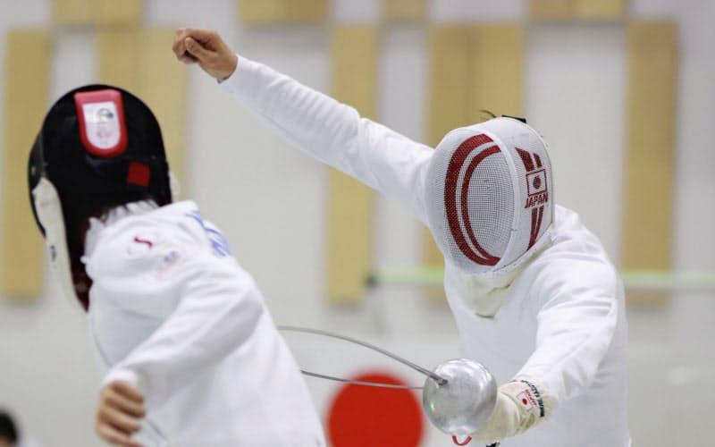 フェンシング、エペ日本代表の強化合宿で練習する男子の見延和靖=右(11日、静岡県沼津市)=共同