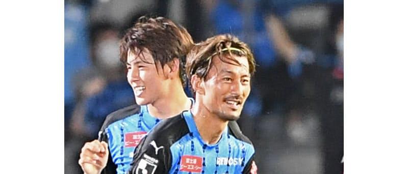 スタンドのサポーターが見守るなか、ゴールを決めガッツポーズする川崎の家長