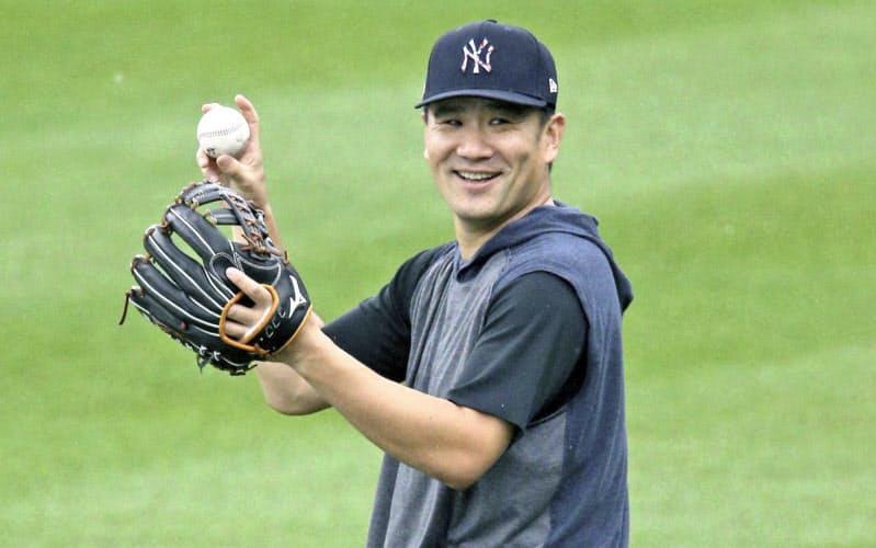 キャッチボールで笑顔を見せるヤンキース・田中(11日、ニューヨーク)=USA TODAY