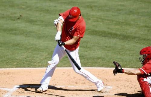 実戦形式の練習に打者として初出場し、二塁打を放ったエンゼルス・大谷(11日、アナハイム)=ゲッティ共同
