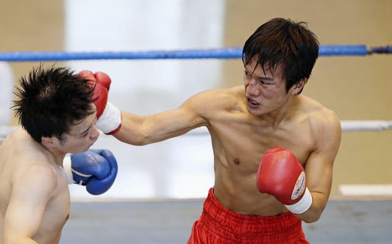プロボクシングの国内興行が再開し、中日本新人王の予選で対戦するミニマム級の松本幸士=右(12日、愛知県の刈谷市あいおいホール)=共同