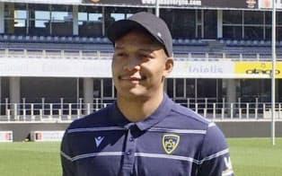 ラグビーのフランス1部リーグ、クレルモンの本拠地スタジアムで笑顔を見せる松島幸太朗(12日、クレルモンフェラン)=共同