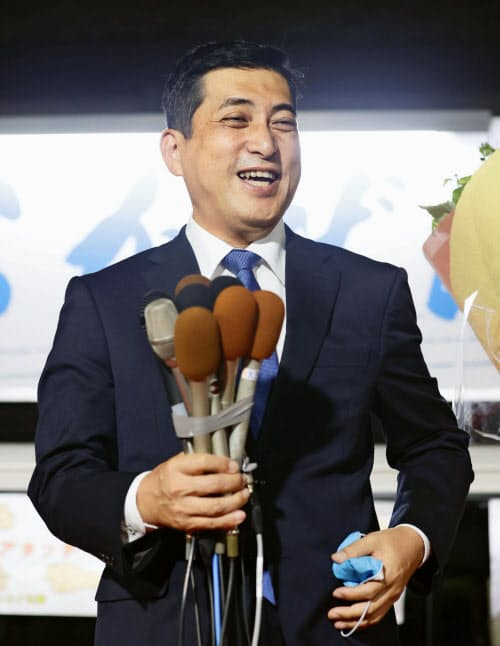 鹿児島県知事選で当選を決め、支持者を前に笑顔の塩田康一氏(12日、鹿児島市)=共同