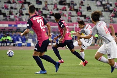 C大阪―名古屋の後半、ゴールを決める名古屋・阿部=左から3人目(12日、ヤンマー)=共同