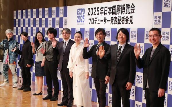 大阪・関西万博のプロデューサーに決まった映画監督の河瀬直美氏(右から4人目)ら(13日午前、大阪市北区)