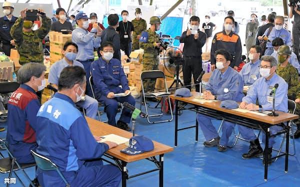 熊本県の蒲島郁夫知事(左端)らと意見交換する安倍首相(13日午前、熊本県球磨村)=代表撮影