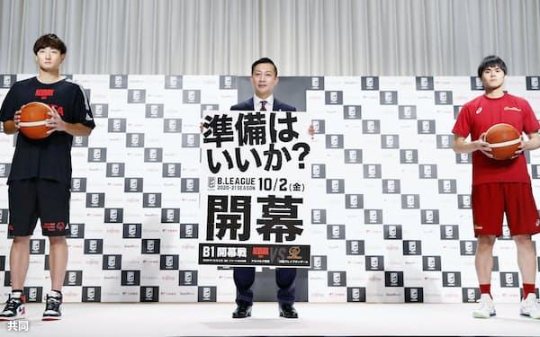 バスケットボール男子Bリーグの記者会見で、記念写真に納まる(左から)A東京・田中、島田慎二チェアマン、川崎・藤井(13日、東京都内のホテル)=共同