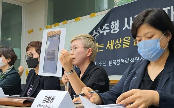 ソウル市長のセクハラ疑惑の真相究明を求めて記者会見する金在蓮弁護士(右から2番目)
