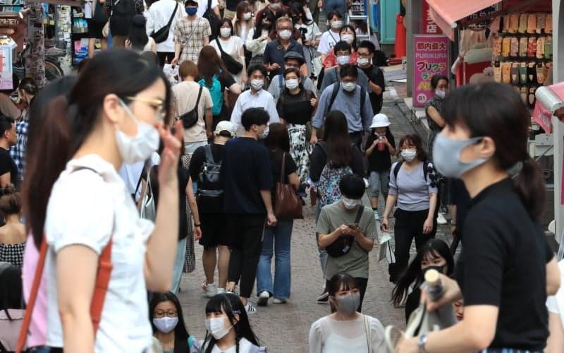 マスク姿の人が行き交う原宿の竹下通り(11日、東京都渋谷区)