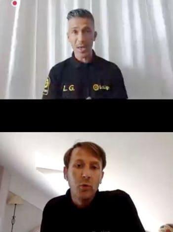 オンラインで記者会見するサッカー元スペイン代表のルイスガルシア氏(上)とメンディエタ氏(13日)=共同