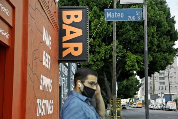 カリフォルニア州は州全域でバーの営業を再び全面禁止した=AP