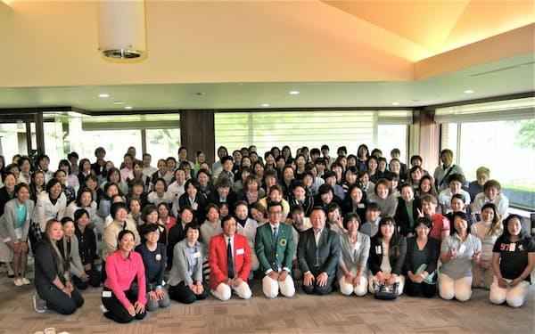 2017年の第7回OKトーナメントの出場選手とグリーンジャケットを着た大塚会長(前列中央)
