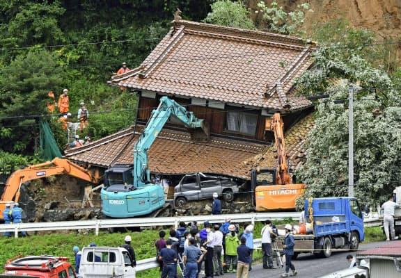 住宅に土砂が流れ込んだ現場(14日午前、広島県東広島市)=共同