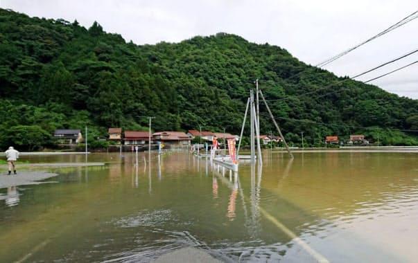 水に漬かった道路(14日午前、島根県江津市)=住民提供、共同