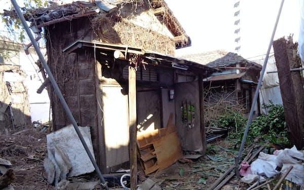 老朽化が著しい空き家が増えている(1月、東京都北区)