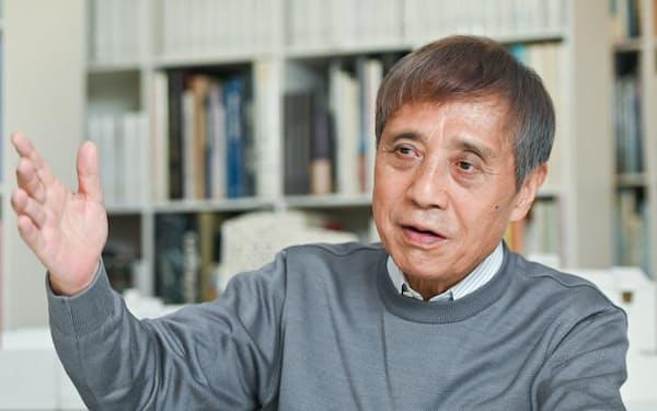 あんどう・ただお 1941年大阪府生まれ。独学で建築を学び、69年安藤忠雄建築研究所設立。代表作に「光の教会」「フォートワース現代美術館」など。95年プリツカー賞など受賞多数。97年から東京大学教授、現在特別栄誉教授。