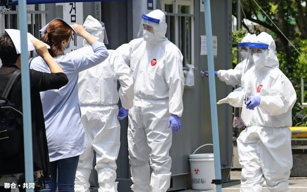 ウイルス検査のため保健所を訪れた人たち(韓国・仁川)=聯合・共同