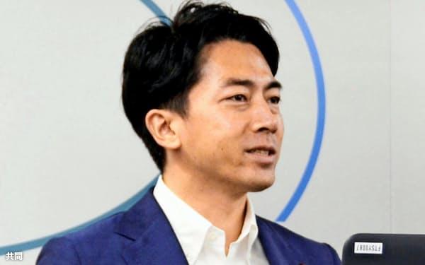 小泉進次郎環境相は脱炭素社会に向けた政府目標の前倒しを訴える=共同