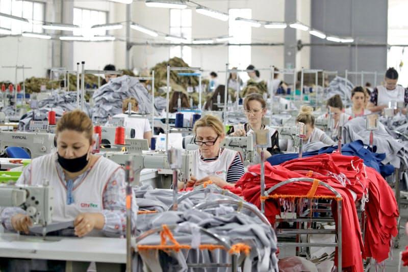 アルバニアの縫製工場で働く労働者=ロイター