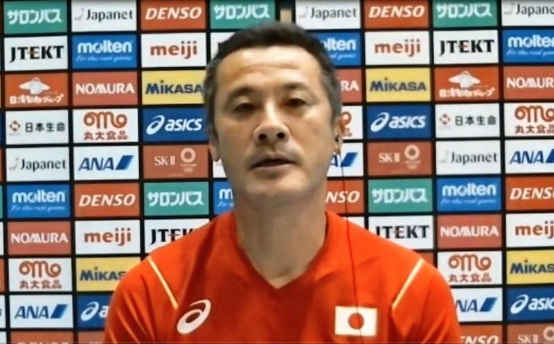 オンラインで取材に応じるバレーボール男子日本代表の中垣内監督(14日)=共同