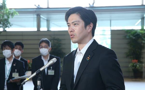 安倍首相との会談を終え、報道陣の質問に答える大阪府の吉村知事(14日、首相官邸)