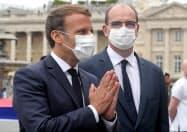 マクロン仏大統領(左)はマスク着用を厳格化すると発表した=ロイター
