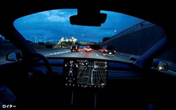 「オートパイロット」で運転中のテスラ「モデル3」=ロイター