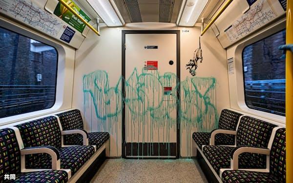 新型コロナウイルスをテーマに、ロンドンの地下鉄車両内にスプレーで「落書き」されたバンクシーの新作(英PA通信=共同)