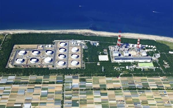 石油火力発電の出番は少なくなっている(稼働停止中の愛知県田原市の渥美火力発電所)