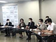 記者会見する近畿経産局の米村猛局長(写真(左))ら8機関の代表(15日、大阪市)