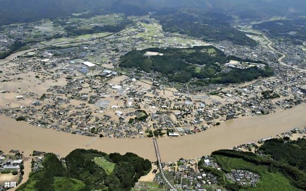 豪雨の影響で球磨川が氾濫し、水に漬かった熊本県人吉市の市街地=4日午前11時48分(共同通信社ヘリから)