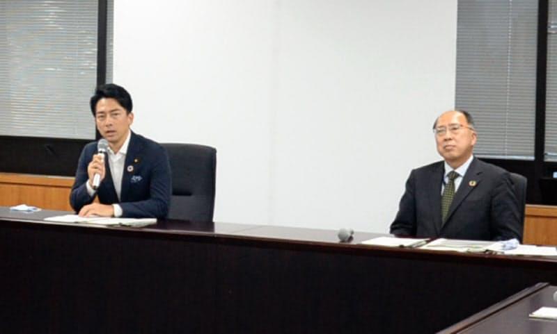 意見交換をした小泉環境相(左)と遠藤金融庁長官(15日、環境省で)