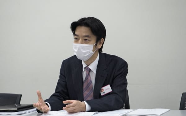 記者会見するKIYOラーニングの綾部社長(15日、東京証券取引所)