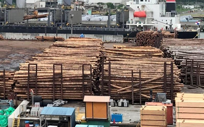 国内メーカーは米国産丸太に切り替えつつある(広島県呉市の中国木材)