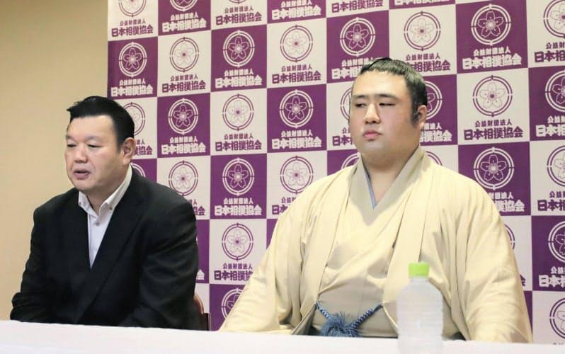 オンラインで現役引退の記者会見をする栃煌山。左は春日野親方(15日、東京・両国国技館)=日本相撲協会提供・共同