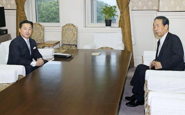 会談する立憲民主党の福山幹事長(左)と、国民民主党の平野幹事長(15日午後、国会)=共同