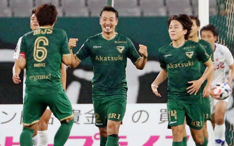 東京V―甲府 後半、4点目のゴールを決め喜ぶ東京V・若狭=中央(15日、味スタ)=共同