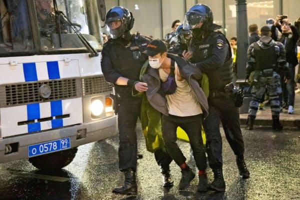 治安当局は抗議に参加した男性ら約100人を拘束した(15日、モスクワ)=AP
