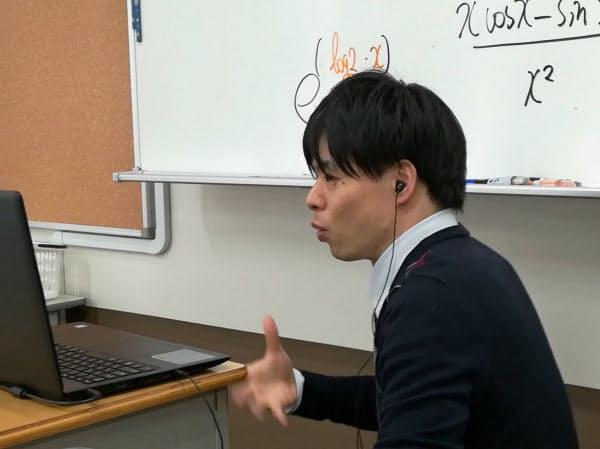 東京都港区の広尾学園でオンライン授業をする教員