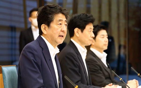 経済財政諮問会議であいさつする安倍首相(8日、首相官邸)