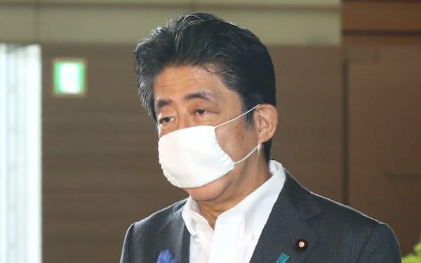 報道陣の質問に答える安倍首相(16日午前、首相官邸)