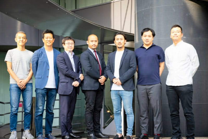 シューマツワーカーの松村幸弥代表(右から3人目)ら