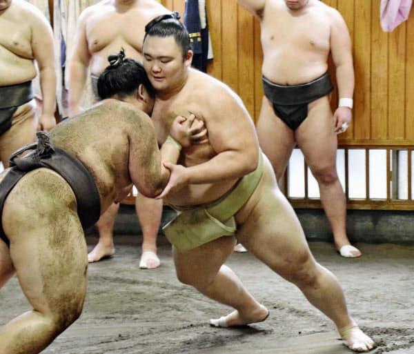 7月場所に向け、幕下以下の力士と稽古する朝乃山(日本相撲協会提供)=共同
