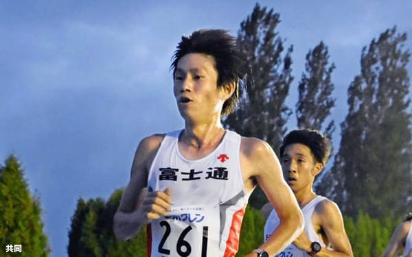 やっと実戦も再開。写真は7月、ホクレン中長距離チャレンジ男子1万メートルで力走する東京五輪男子マラソン代表の中村匠吾=共同