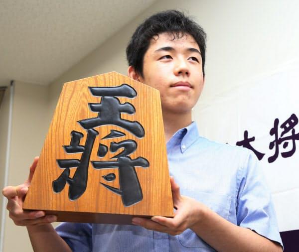 史上最年少の14歳2カ月でプロ棋士となることが決まり、記者会見する藤井聡太三段。従来の記録は加藤一二三・九段が1954年に樹立した14歳7カ月で、62年ぶりに更新した(2016年9月)