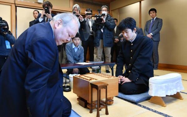 プロデビュー戦で現役最年長の加藤一二三・九段(左)と対局する藤井聡太四段。この対局が公式戦連勝記録の始まりとなった(2016年12月)